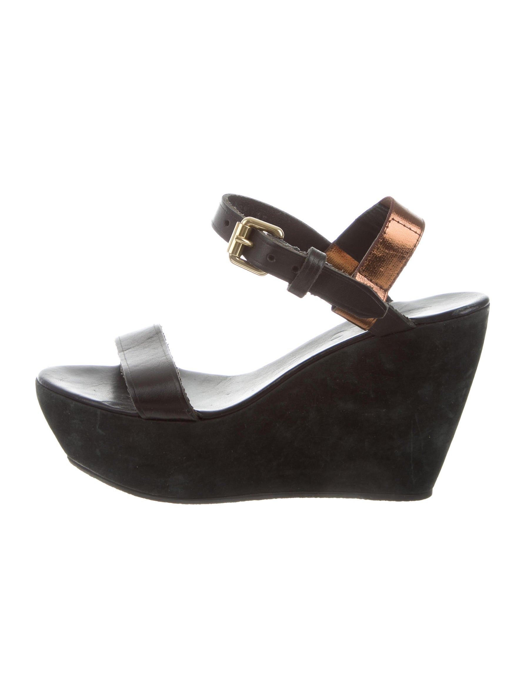 To dress your flats up, try pointed-toe shoes with an animal print or a higher heel. Leather—with a bow or a buckle—is a great accent to a suit or dress, with enough allure to wear more than a few days a week. Looking for the perfect pair of shoes for the office? Pumps are a classic way to accessorize and feel confident about your personal style. Whether you opt for stiletto heels or ankle straps, you can count .