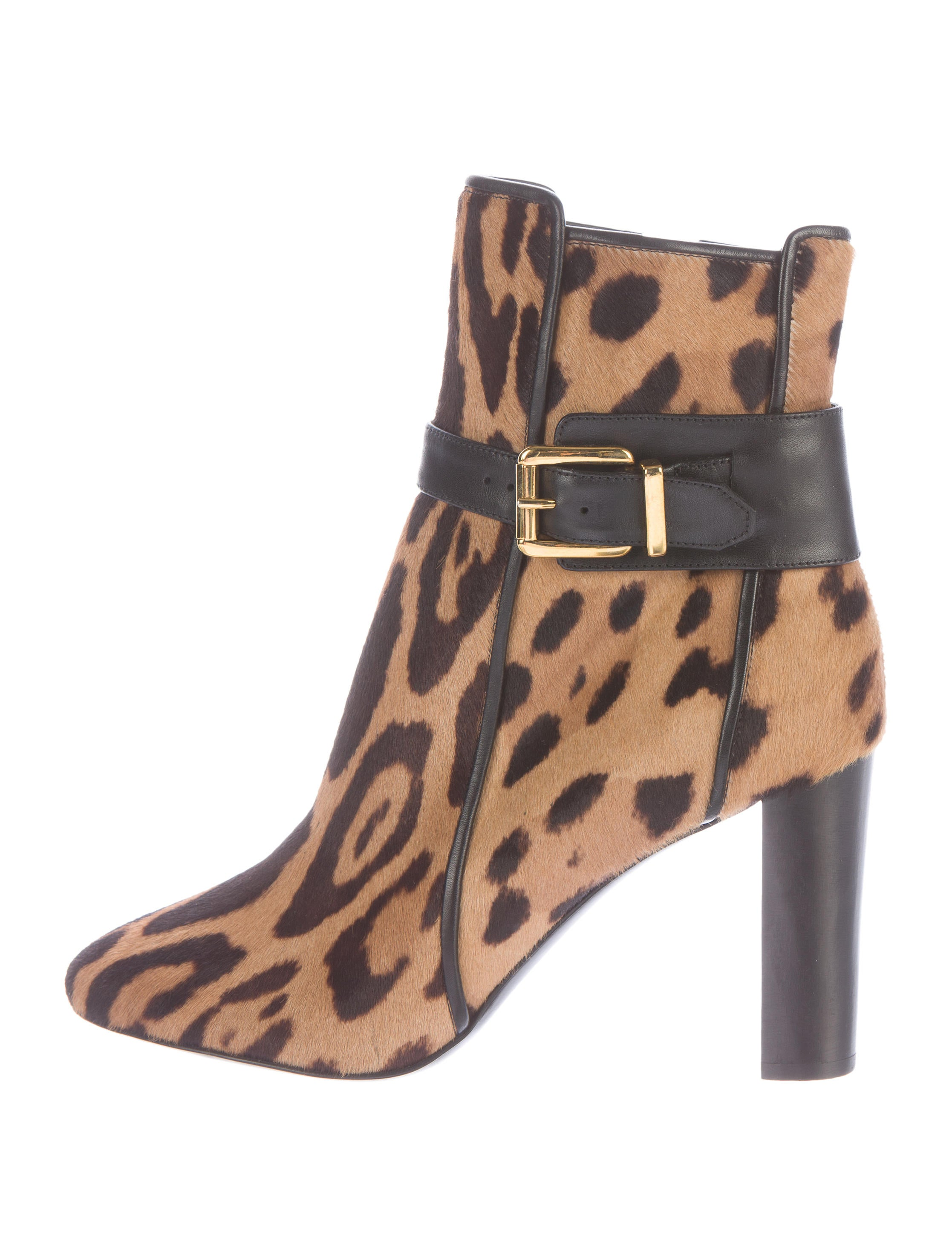 For spot-on fashion, leopard boots are tough to beat. You can find leopard boots in your favorite styles, including short ankle boots, mid-calf heights, and those extending above the knee. However, patterns of the world-famous feline give leopard print boots a healthy dose of feminine flair and attitude.