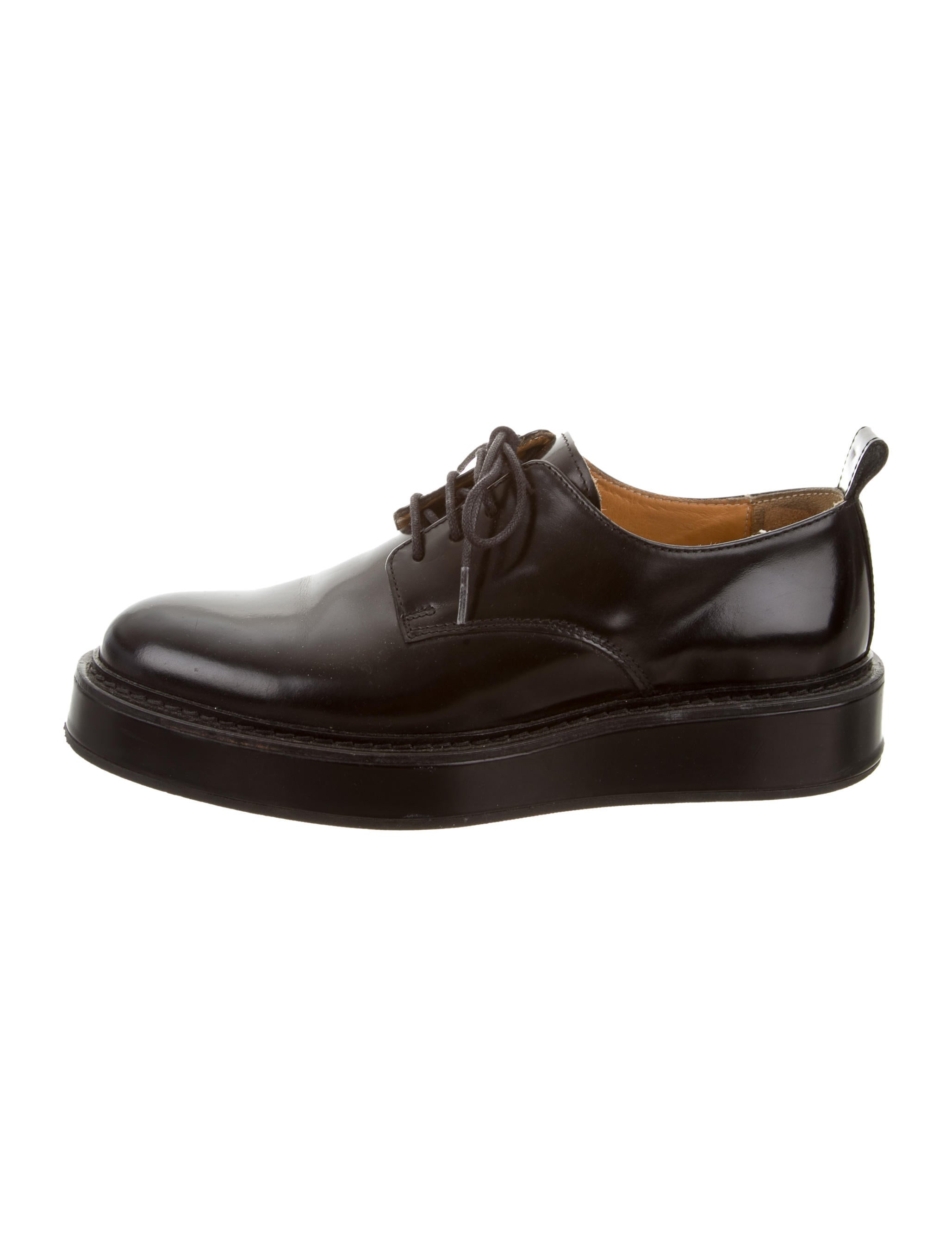 Refresh your formal footwear collection with these Derby shoes from our exclusive Jeff Banks range. Crafted from genuine leather, they feature punched detailing on the toe and are finished with three pairs of eyelets and classic lace fastenings to create a comfortable fit.