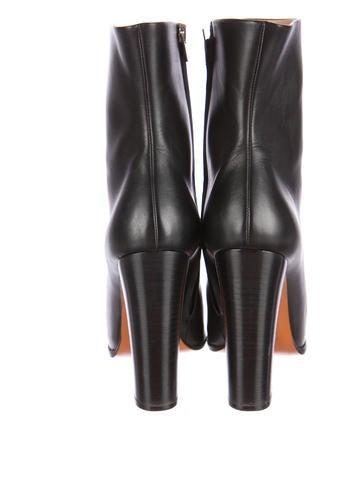 Round-Toe Boots