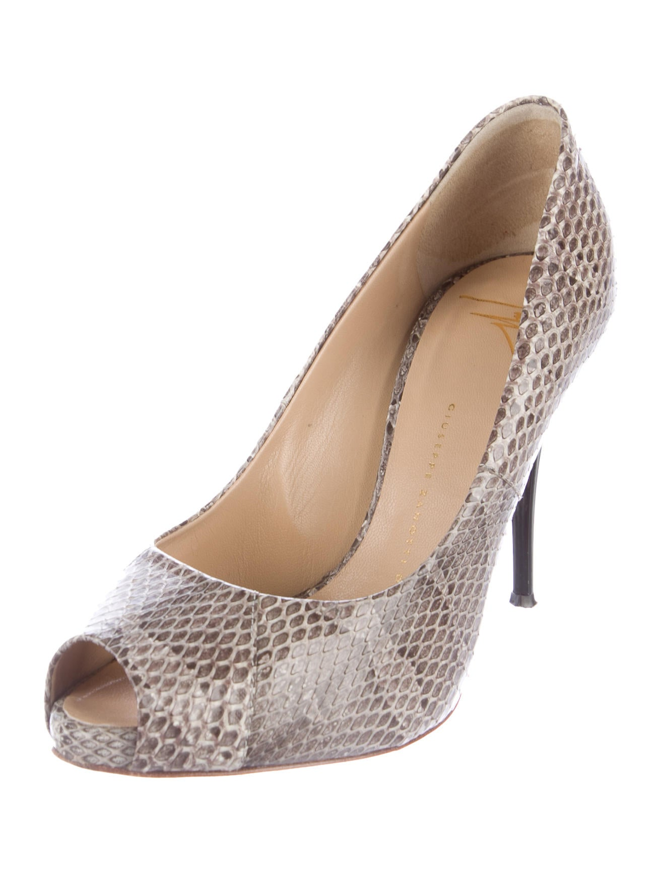 Let Dillard's be your destination for women's pumps, available in regular and extended sizes from all your favorite brands.