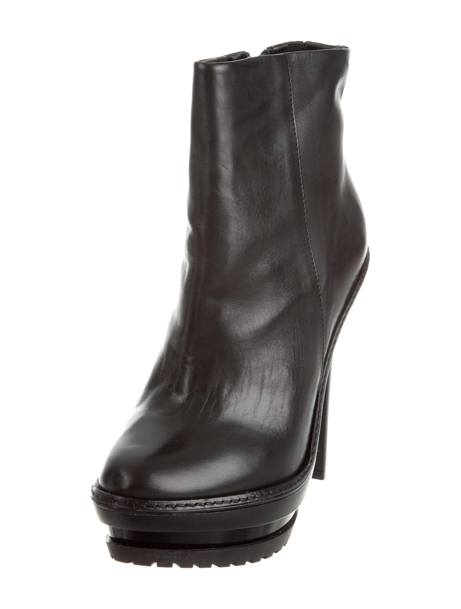 Boots are suitable to be worn on cool autumn days as well as cold autumn days. Their styles can be ranging from flat heels to high heels, and different styles of boots can be worn with different clothes on different occasions.