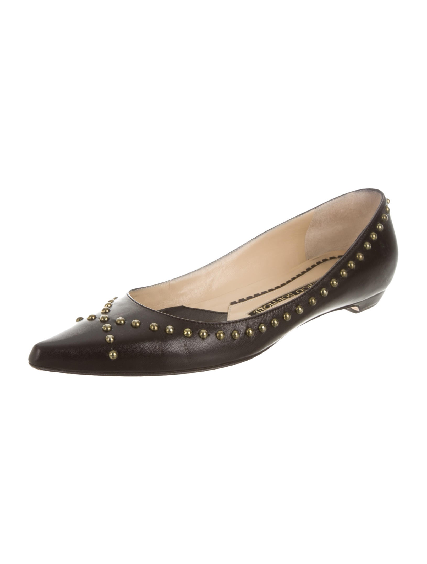 Pointy Toe Flats. Add a splash of retro glam to any outfit with a pair of pointy toe flats. Ballet flats and other well-loved styles are elegant with the addition of even a small pointed toe. For more dramatic and edgy looks, choose shoes with sharply pointed toes.
