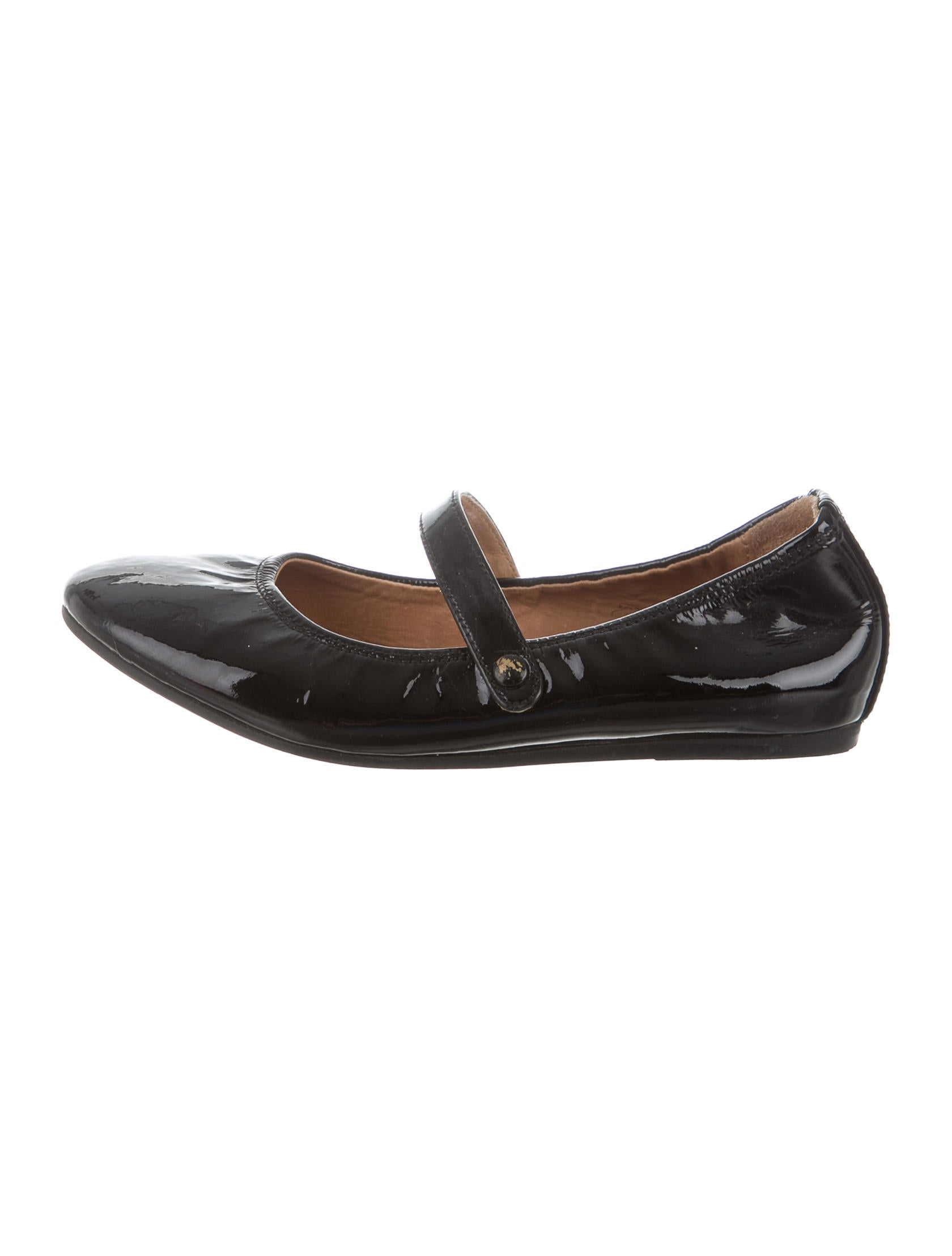 These vintage patent leather ballet flats from Boutique Ferragamo are the perfect shade of deep crimson. The have wooden heels and are very narrow. The patent leather is in exceptional condition it shows very little signs of wear and tear which is an example of the quality of .