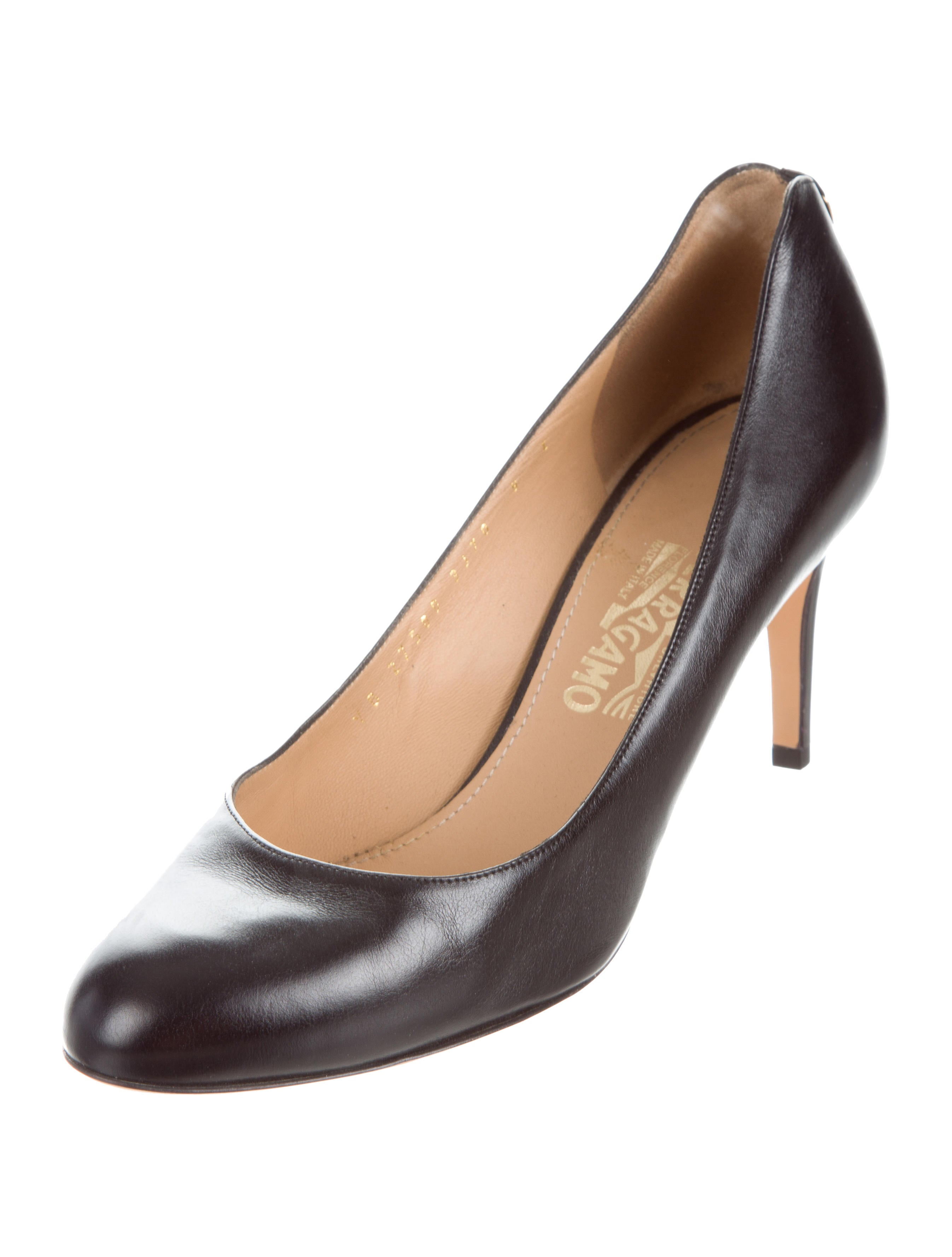 salvatore ferragamo leather round toe pumps shoes sal49959 the realreal. Black Bedroom Furniture Sets. Home Design Ideas
