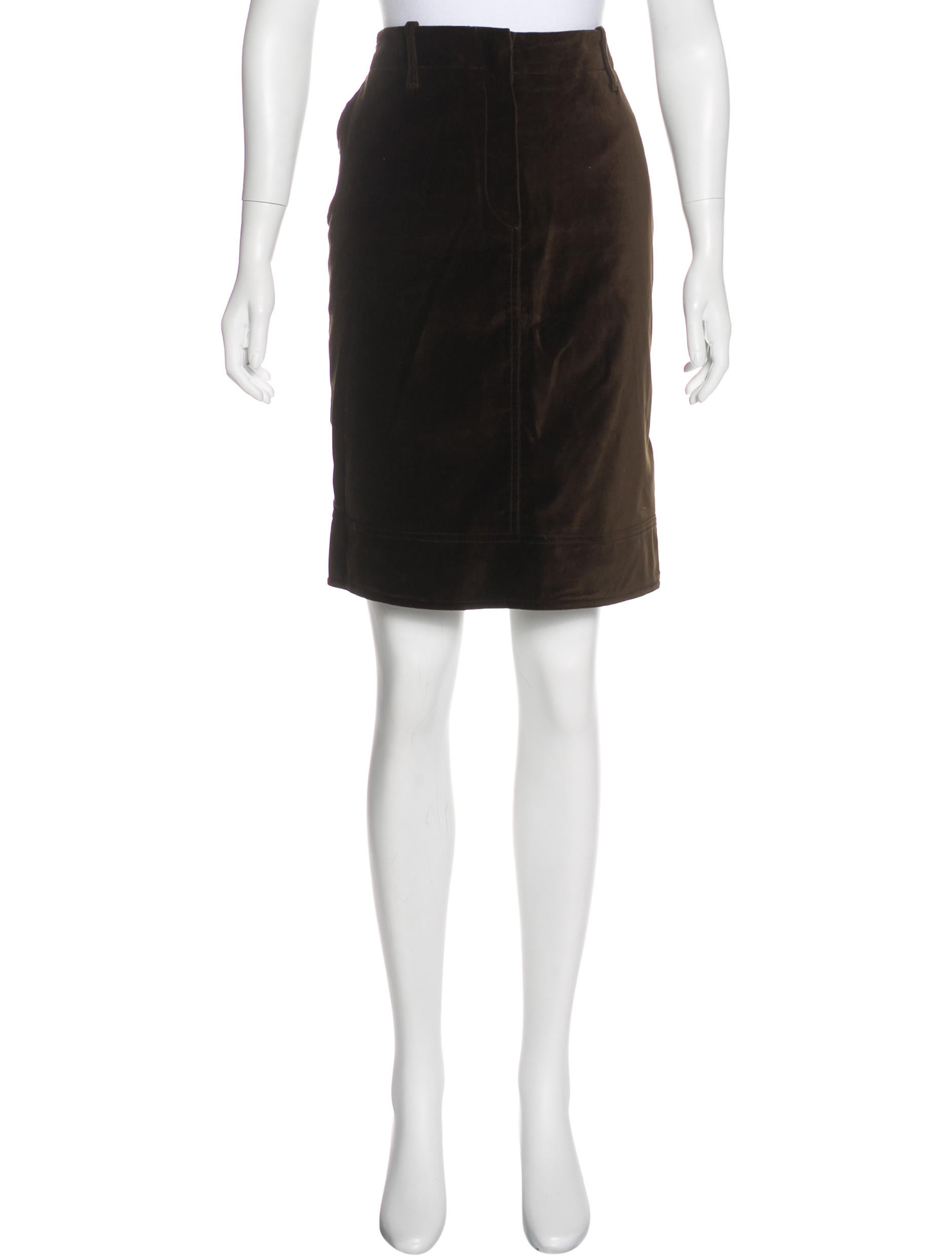 CH Carolina Herrera Velvet Pencil Skirt w Tags Clothing  : WC3206301enlarged from www.therealreal.com size 1878 x 2478 jpeg 95kB