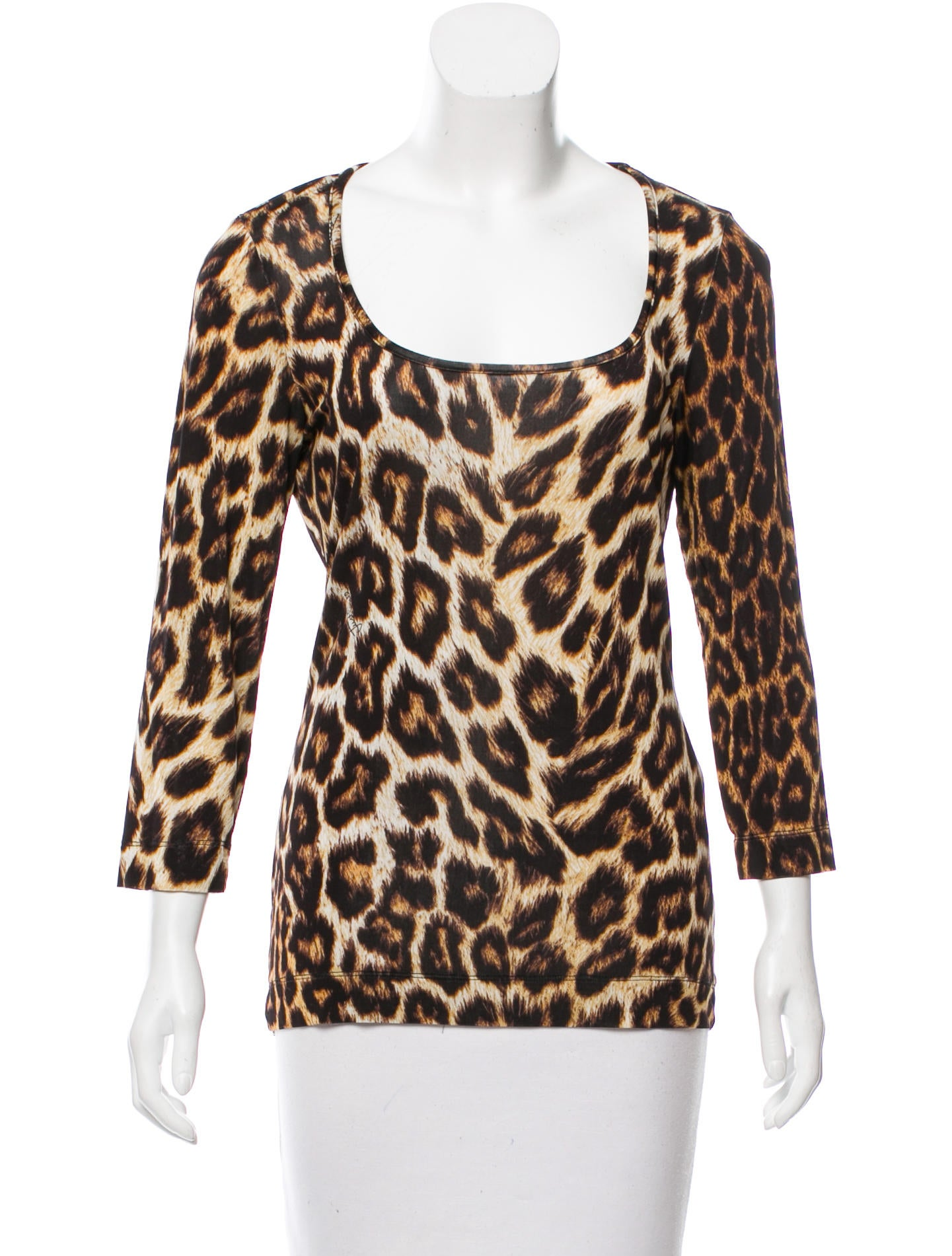 New Umgee brown and banana cheetah print relaxed fit top featuring contrast ruffled sleeves and hemline. Material: 55% Cotton 45% Polyester. Top runs large and is intended for loose fit.