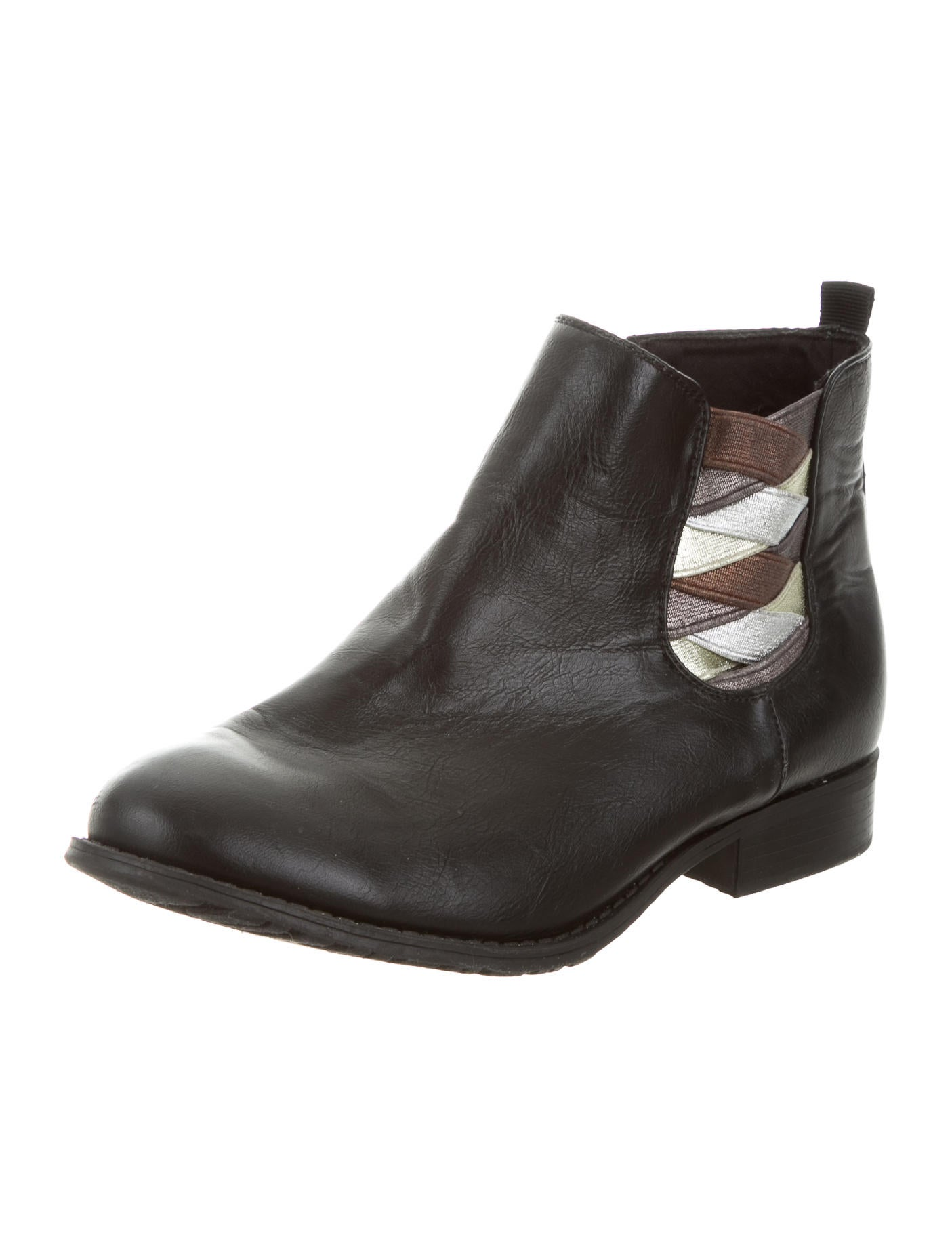 Choose ankle booties and leather riding boots to perfect your everyday look or take it up a notch in sexy over-the-knee boots. Don't forget a pair of cute rain boots to stay stylish whatever the weather.