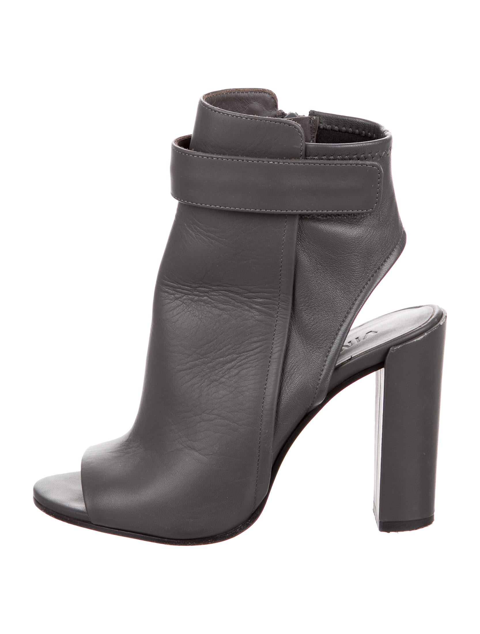 Boss babes everywhere are loving the Chinese Laundry Focus Black Leather Cutout Ankle Booties! Sleek genuine leather shapes these ultra-chic ankle booties with a pointed toe upper and edgy cutouts along the low collar.